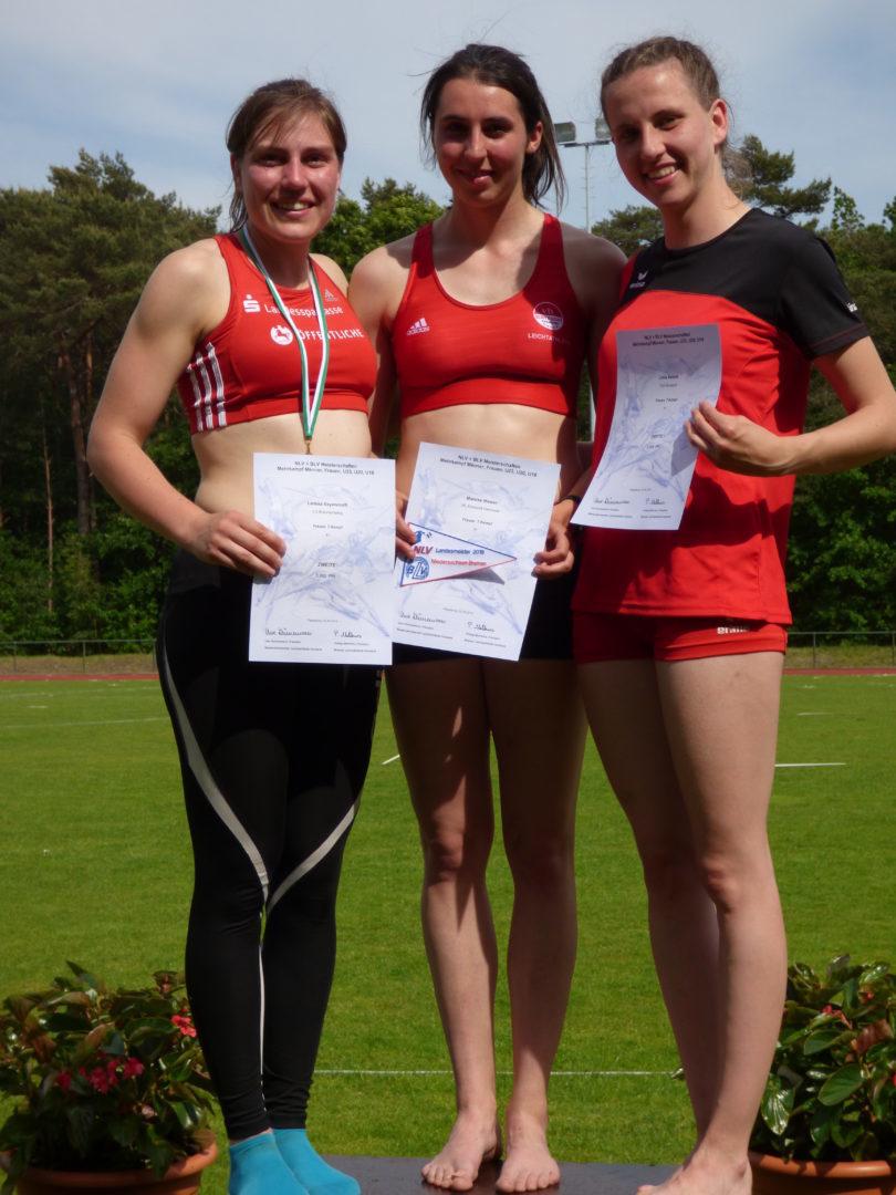 Linda als 3. bei der Siegerehrung. Mit Mareike Nissen (VfL Eintracht Hannover 1.) und Larissa Beyersdorff (LG Braunschweig/2.)